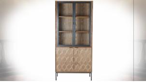 Vitrine en bois finition naturelle, portes avec motifs géométriques ambiance rétro, 186cm