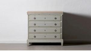 Commode quatre tiroirs en bois de sapin, finition gris perle effet vieilli, poignées en anneaux, 90cm