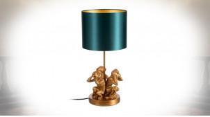 Singes de la Sagesse en version lampe de table, en résine finition dorée et abat-jour vert impérial, 53cm