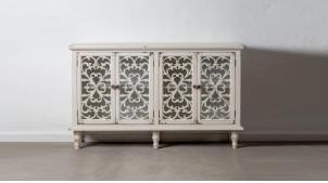 Buffet en bois sculpté de rosaces, finition blanc décapé, quatre portes et une étagère, 152cm