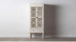 Vitrine sculptée de rosaces, en bois de sapin finition blanc décapé usé, deux portes, 171cm