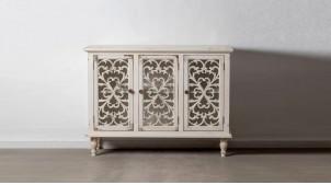 Buffet trois portes en bois sculpté de rosaces, finition blanc décapé usé, 120cm