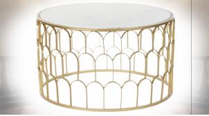 Table basse circulaire en métal ajouré finition dorée et plateau en marbre blanc ambiance moderne chic, Ø87