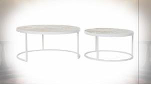 Table basse gigogne en métal blanc et plateau en bois avec motifs de palmier ambiance tropicale, Ø80cm