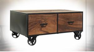 Table basse en bois recyclé finition naturelle vieillie, encadrement et roues en métal noir ambiance industrielle, 100cm