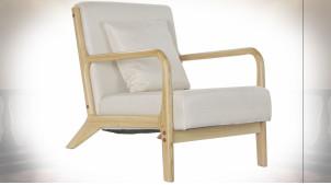 Fauteuil en polyester finition blanc cassé, accoudoirs et pieds en bois finition naturelle ambiance scandinave, 77cm
