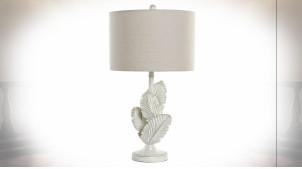Lampe de table en résine finition blanche vieillie, pied de lampe en forme de plumes ambiance shabby chic, 72cm