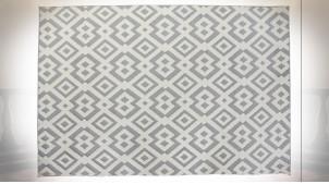 Grand tapis rectangulaire aux motifs géométriques en polyester finition gris souris et blanc ambiance contemporaine, 290cm