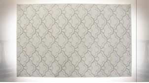 Tapis rectangulaire motifs géométriques finition gris clair et blanc crème ambiance contemporaine, 290cm