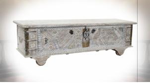 Coffre en bois de manguier finition blanchie et ornements en laiton de style Indien, 146cm