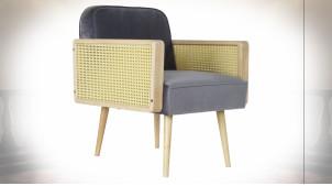 Fauteuil en tissu effet velours gris clair, accoudoirs en cannage de rotin et bois finition naturelle ambiance rétro, 78cm