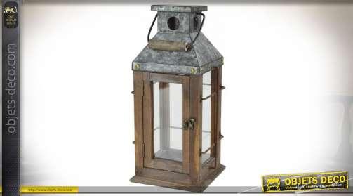 Lanterne décorative esprit rustique, de forme carrée avec toit en métal imitation zinc ancien.