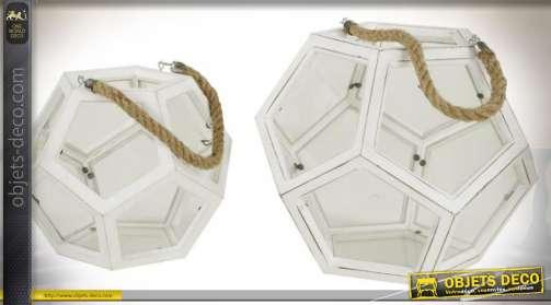 Lanterne en bois patiné blanc ancien de style rétro et géométrique avec anse en cordage