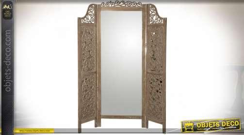 Miroir paravent en bois scupté et vieilli avec grand panneau central en miroir et deux battants latéraux sculptés et ajourés