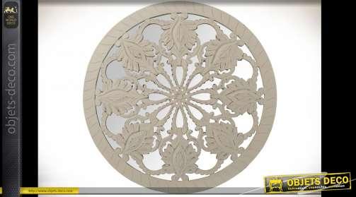 Décoration murale ronde en miroir et bois sculpté formant une ornementation en mandala, patine vieillie couleur crème clair
