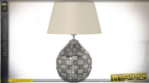 Lampe de salon originale avec pied en aluminium ouvragé à motifs damier alternant finition argentée brillante chromée et mate texturée