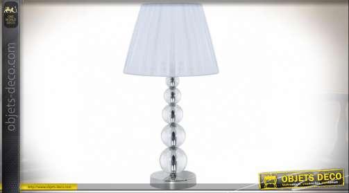 Lampe à poser de style contemporain et design avec pied en métal chromé, sphères de verre translucide et abat-jour en tissu blanc plissé