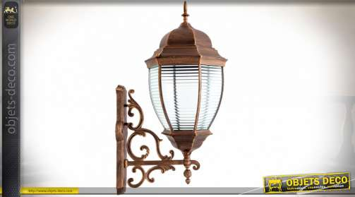 Lanterne murale avec potence de style rétro finition bronze cuivré. Utilise une ampoule de type E27, conforme norme IP44 (étanchéité extérieur)
