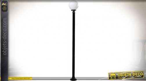 Lampadaire d'extérieur de style contemporaine avec sphère blanche sur poteau noir