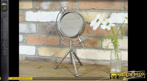 Objet décoratif miroir sur trépied présenté à la façon d'une sphère armillaire ancienne