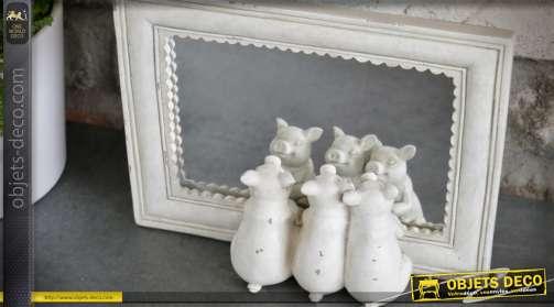 Miroir à poser rectangulaire avec une finition blanche rétro et romantique et trois figurines de petits cochons