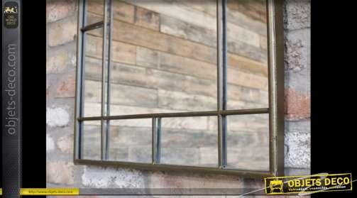 Miroir mural en métal finition dorée en forme de fenêtre stylisée à fronton en arcade