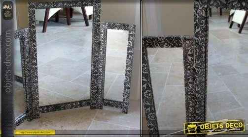 Miroir de coiffeuse de style marocain présenté en triptyque, finition embossée noir et argent