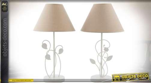 Ensemble de deux lampes de salon ou de chevet, de style romantique, avec pieds en métal laqué blanc et abat-jour conique en tissu coloris lin écru.