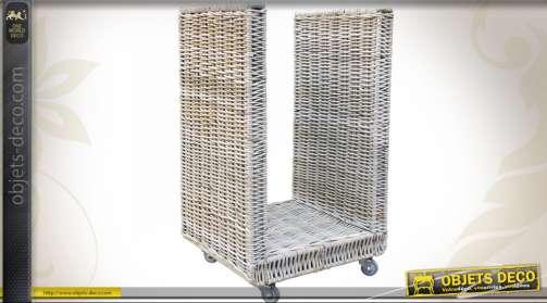 Chariot / panier à bûches en poelet gris blanchi en forme de U monté sur roulettes