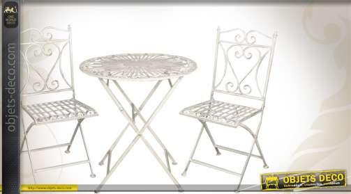 Salon de jardn blanc antique en fer fogé pour 2 personnes. 1 table et 2 chaises.