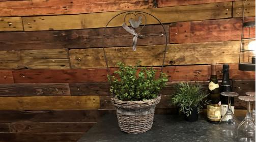 Cache-pot jardinière en osier et métal de style charme et romantisme