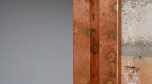 Grand miroir à suspendre, double encadrement en métal finition cuivre ancien, 116cm de haut
