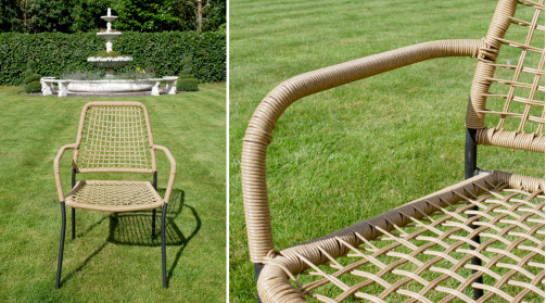 Salon de jardin composé de deux chaises et d'une table ronde, en osier synthétique sur structure en acier noir