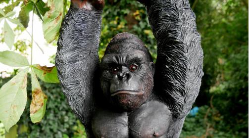 Représentation en résine d'un gorille à suspendre, en résine finition effet poils noirs