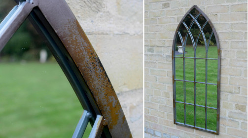 Miroir de 115cm de haut, encadrement en métal gris et effet rouillé, forme de fenêtre ogivale