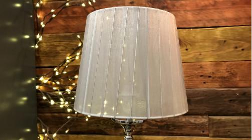 Lampe de table en métal et verre, pied avec forme de globe, abat jour gris satiné