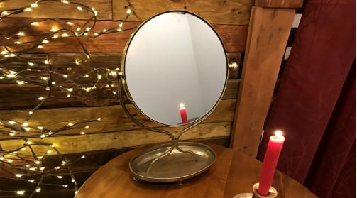Miroir inclinable de table en métal finition laiton effet ancien, plateau ovale