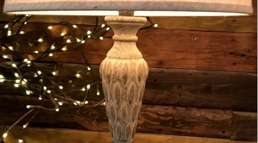 Pied de lampe en résine effet bois sculpté, ambiance chic ancien