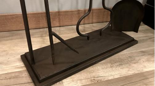 Serviteur de cheminée avec support et accessoires, en métal finition vieille fonte
