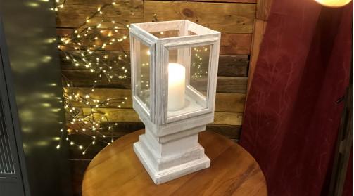 Lanterne en bois blanchi avec idée de socle / piédestal, 4 parties vitrées, ambiance campagne chic