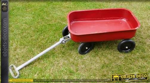 Grand chariot jardinière en forme de jouet d'autrefois. Chariot en métal rouge finition vieillie.