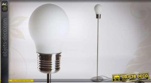 Grand lampadaire design prenant la forme d'une ampoule géante de couleur blanche
