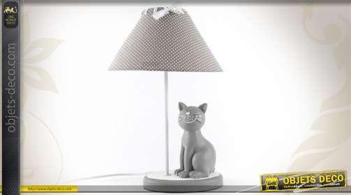 Lampe de style cosy et romantique avec abat-jour gris à pois blancs et statuette de chats gris en résin
