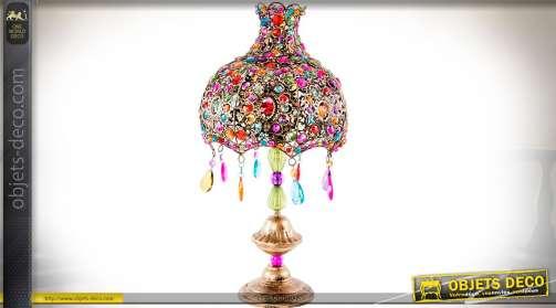 Lampe esprit Inde et Orient en métal cuivré avec ornementation à pampilles et brillants facettés multicolores