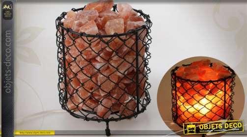 Lampe à poser en forme de panier contenant de cristaux de sel gemme de l'Himalaya
