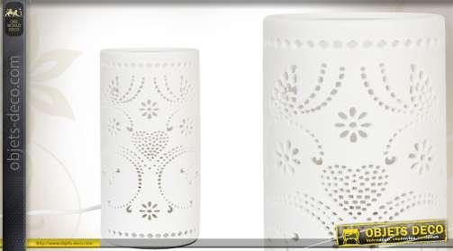 Lampe de nuit en céramique blanche ajourée.