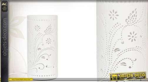 Lampe de chevet avec abat-jour en céramique ajouré, coloris blanc.