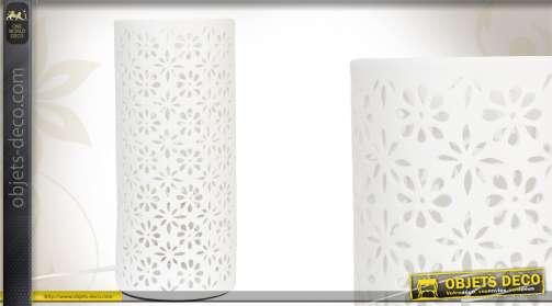 Lampe de nuit blanche en céramique ajourée de motifs floraux.
