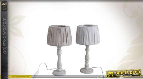 Série de 2 lampes de chevet avec pieds en bois et abat-jour tissu.