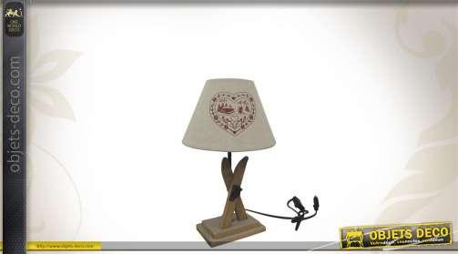 Lampe de chevet avec pied en bois en forme de skis et abat-jour motifs coeurs.